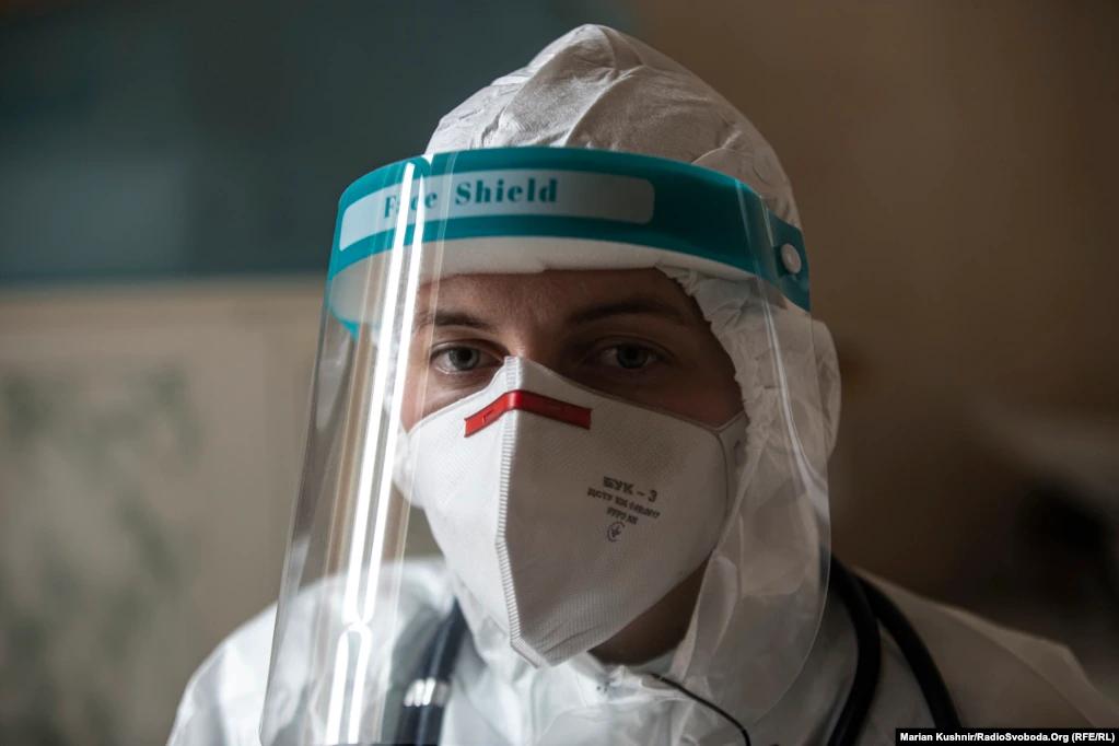Вікторія Литківська працює в Овручцькій міській лікарні третій рік. Вона лікарка-інфекціоністка. Її завдання – обійти пацієнтів, проконтролювати їхній стан. З початку пандемії щодня бореться за здоров'я людей.