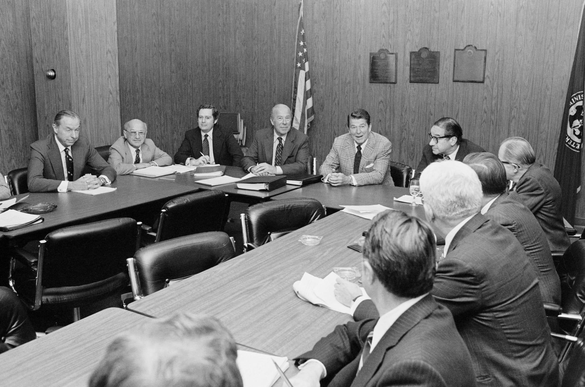 Новообраний президент Рональд Рейган і його економічні радники: другий зліва — Мілтон Фрідман; Лос-Анжелес, 1980
