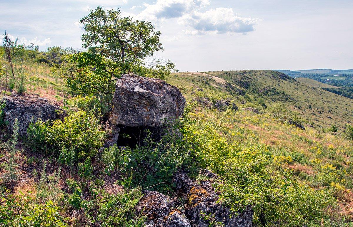 Дольмен на горі Баба. Якщо придивитися до каменя в центрі фото, можна побачити, що це рукотворна споруда — він стоїть на інших каменях