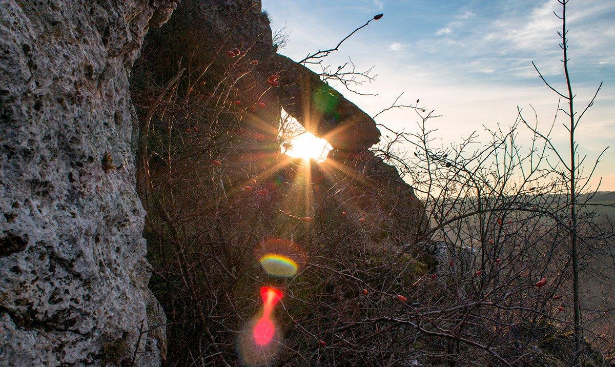 У день зимового сонцестояння сонце сідає за «воротами» між світом живих і мертвих. Візуально це виглядає, як під аркою цього дольмену.