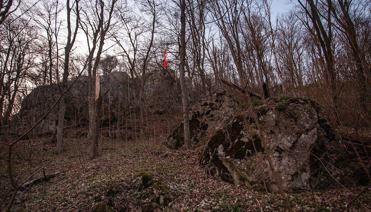 Скелястий гребінь із печерою в найвищій точці