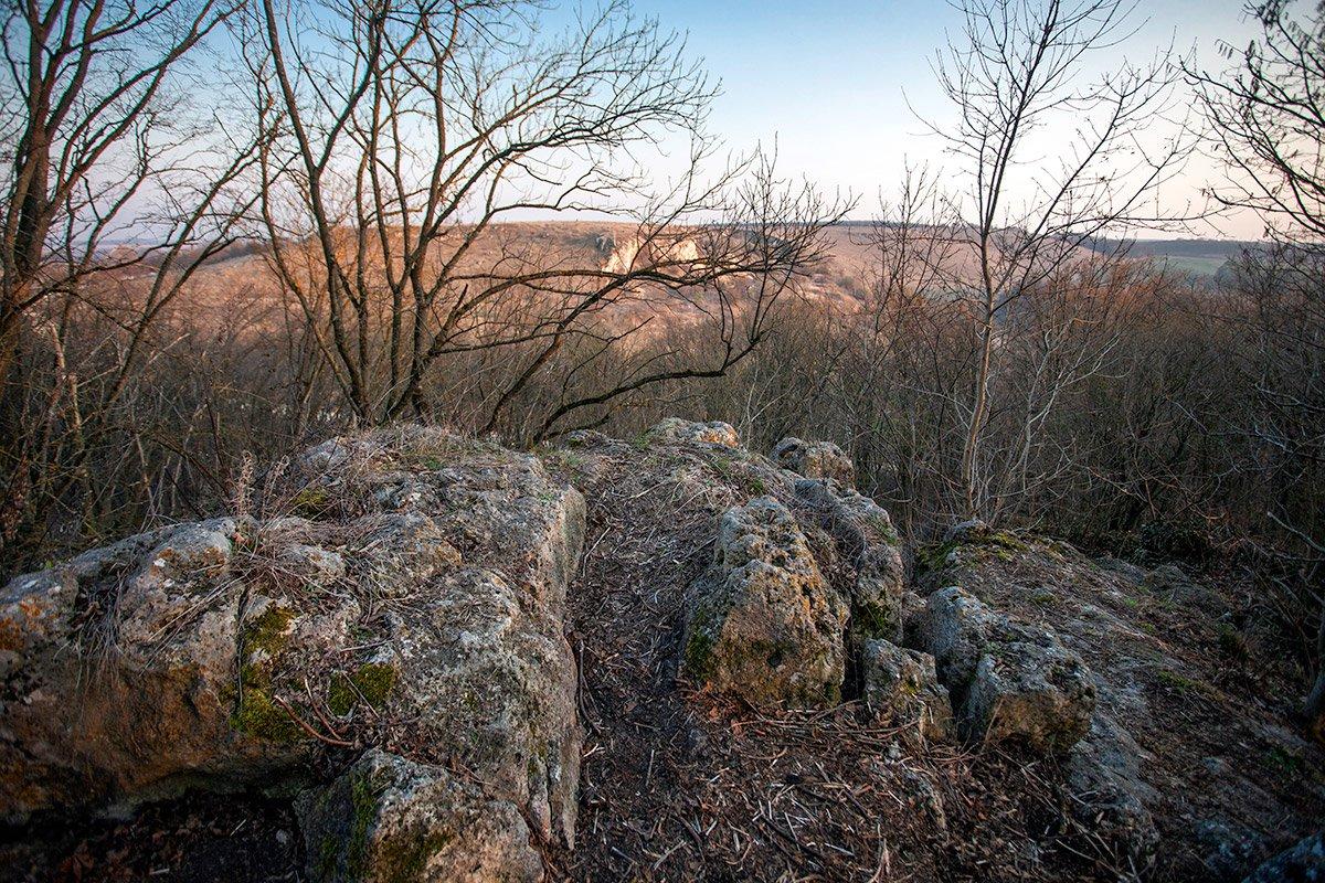 Вид із «даху» печери на Демковецьку скелю (386 метрів над рівнем моря, одна з найвищих в Товтрах)
