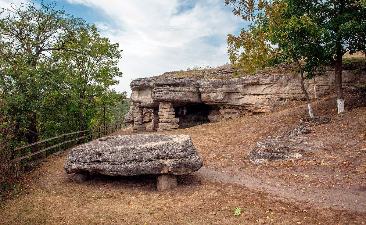 Печерна церква в Монастирку (нагадаємо, колони тут з'явилися щойно у другій половині ХІХ століття)