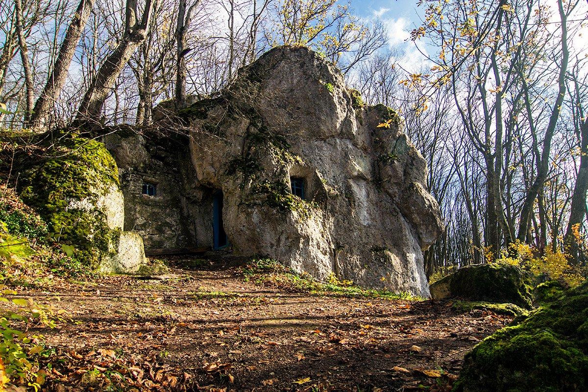 Печера в «Пущі». Біля вікна видно одну з ніш