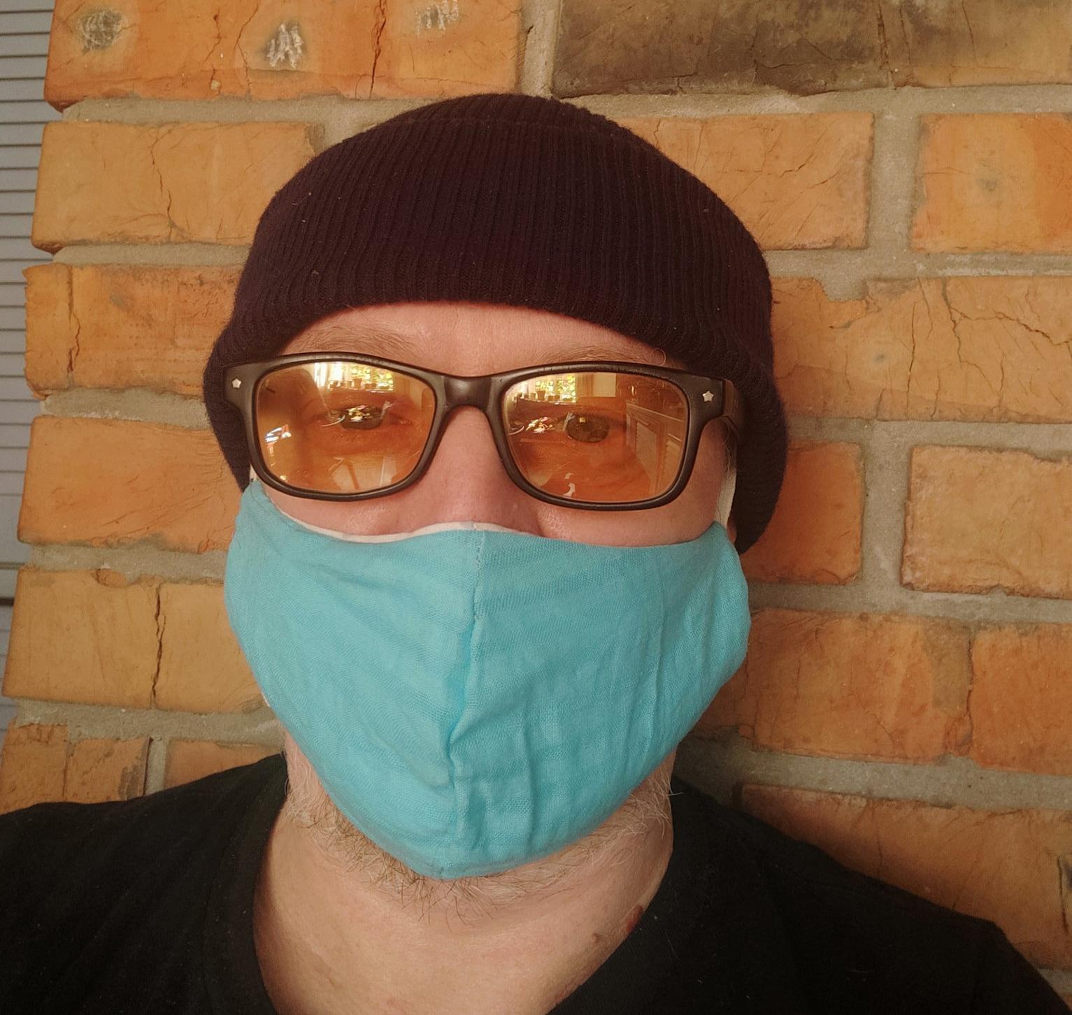 один із редакторів Текстів у своїй новій саморобній масці